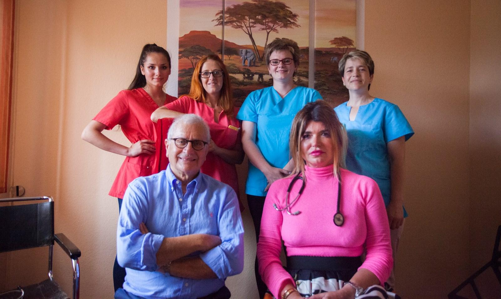 (Von links nach rechts) Melisa Jusic, Laura Geraldi, Sabrina Ringleb, Bahra Brcvak, Herr Dr Brimo Hayek und Frau Dr Jelkic-Brimo Hayek